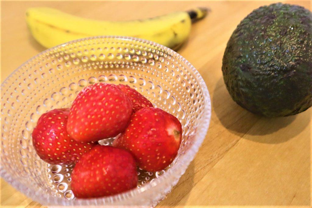 アボカドスムージーにバナナとイチゴ入れたら映えないドリンクに仕上がった【教訓:スムージーの材料の色味は統一しよう】