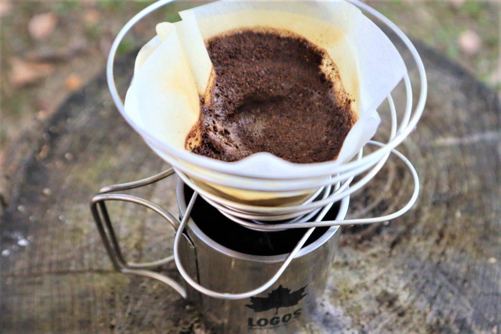 【手挽きコーヒーで至福の一杯を味わう】(アウトドアでの道具や手順など)