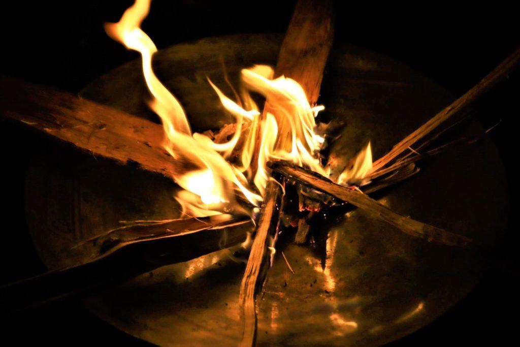 """""""火の色が変わる粉""""でさらに焚き火を楽しく!【使用時に気をつけたいポイント】"""