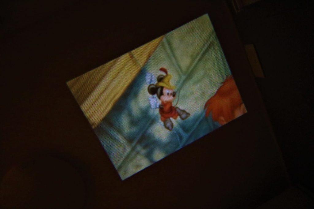 ホームシアター風の絵本『Dream switch』。部屋いっぱいに広がるミッキーはエンタメとして最高。ただ肝心の寝かしつけは・・・