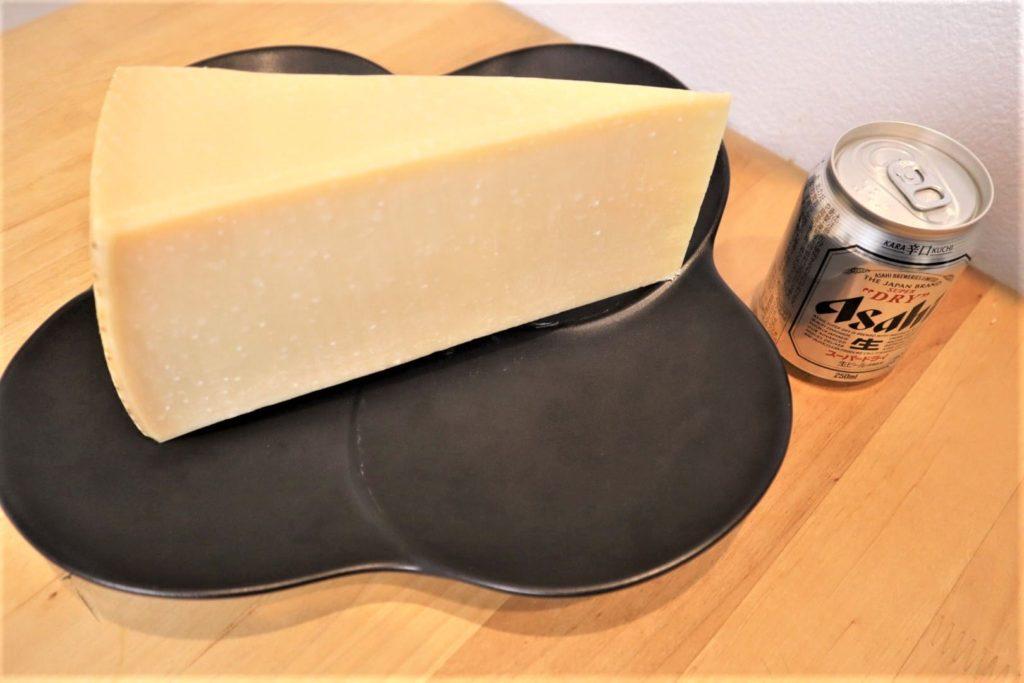 チーズの王様を1kgの巨塊で買ったら思ってたのと違ったので、初めては小さいの買った方がいい(パルミジャーノ・レッジャーノ)